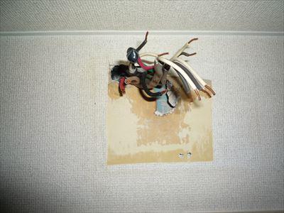 故障している分電盤の撤去跡