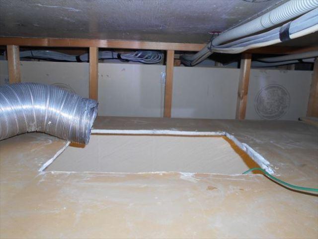 天井裏から見た浴室暖房換気乾燥機の開口