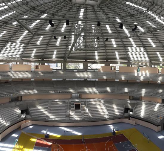 Interior del Coliseo Multiusos de Cajamarca. Los MITUS de FBT están instalados en la parte superior.