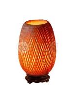 Đèn mây tre để bàn H320 là sản phẩm thủ công Việt Nam được đan từ mây tre. Đèn được sử dụng trang trí nội thất gia đình, nhà hàng, quán cafe phong cách truyền thống.