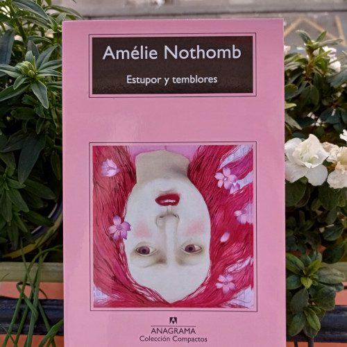 Portada de «Estupor y temblores» (1999), de Amélie Nothomb. Editorial Anagrama, 1ª ed. en Colección Compactos (v.747) , abril 2020.