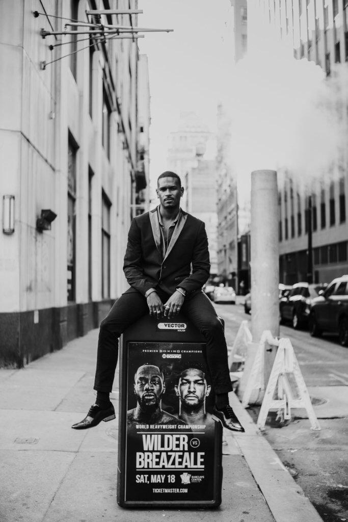 Leonardo Brito sitzt auf Werbetafel in Manhattan