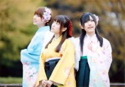 Mariko, Yuko and Mayu call for the arrival of spring in beautiful kimono.