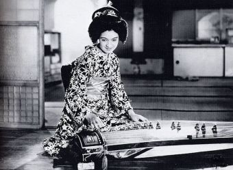 setsuko hara playing the zither