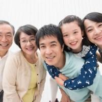 家族の笑顔の画像です。