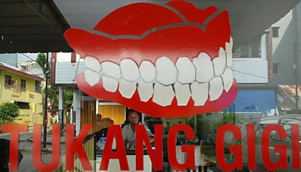 Tukang Gigi, Si Tukang yang Bukan Dokter