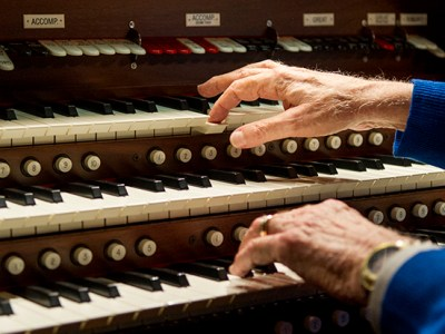 Dr. Bill Hanson, '61, plays a theater organ in his Dallas home.