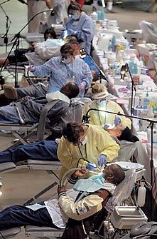 DEMANDA REPRIMIDA Dentista de graça nos arredores e Los Angeles: só no primeiro dia, apareceram 1.500 pessoas. Há filas à noite e gente dormindo nos carros