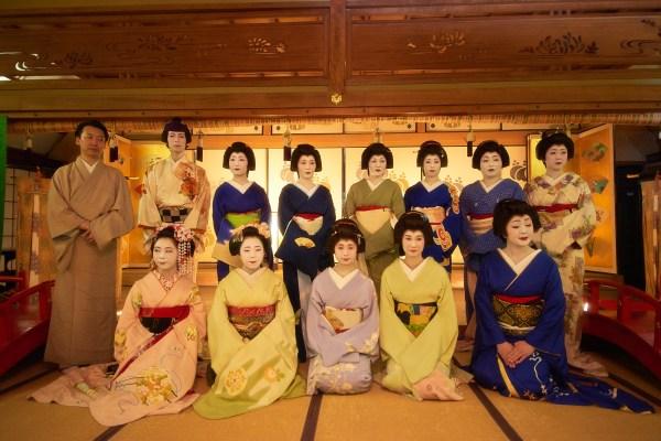 全国花街芸者イベントはなあかりで行われた大宴席の記念撮影