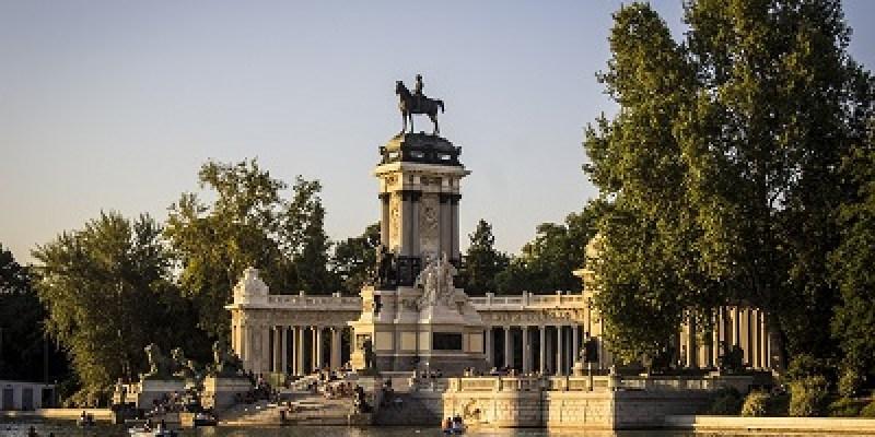parquedelretiro-sitios-imprescindibles-para-visitar-en-madrid