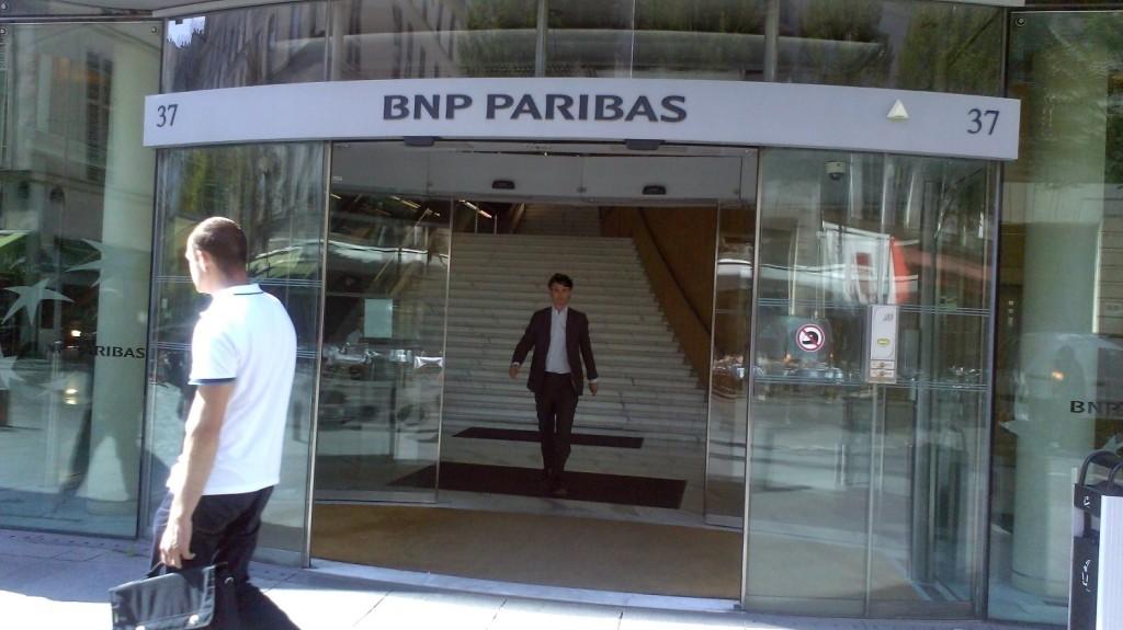Pour certains, la banque universelle, sur le modèle de BNP Paribas,  additionne les risques des banques  de détail et d'investissement. Elle expose les dépôts aux  risques de turbulence des marchés financiers, et crée  des conflits d'intérêt entre les deux métiers.