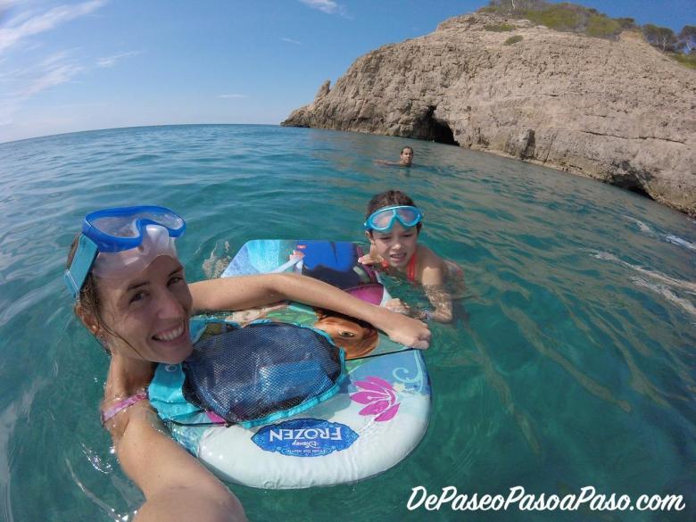 Madre e hija nadando hacia la Cova del Llop Mari