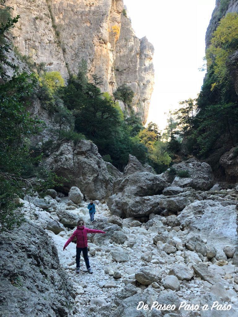 Madre e hija caminando sobre rocas
