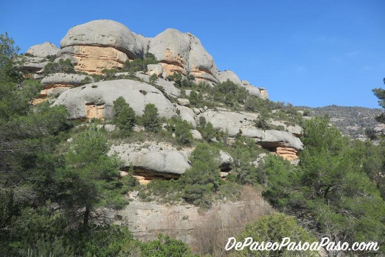 formas de la roca a la derecha del camino