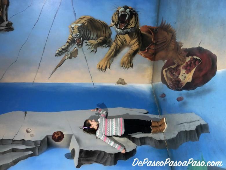 niña atacada por tigres museo de ilusiones Barcelona