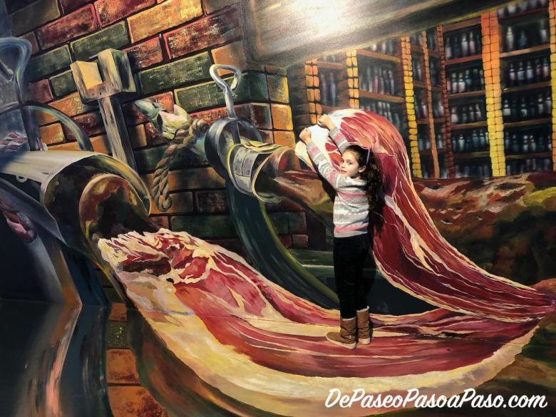 Niña posando en figura de museo de las ilusiones Barcelona