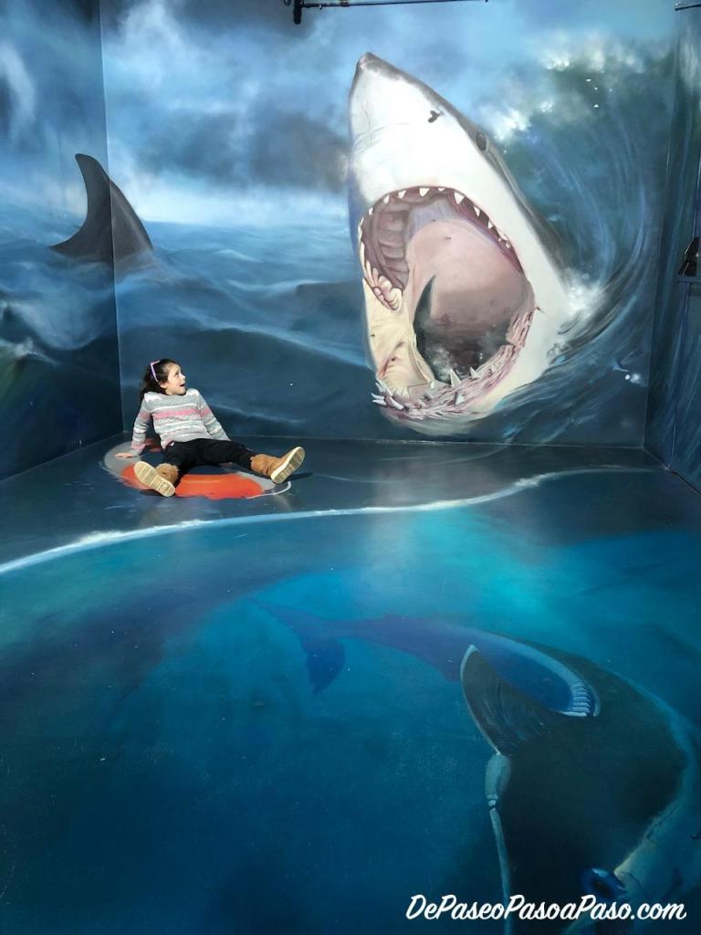 niña atacada por tiburón museo de ilusiones Barcelona