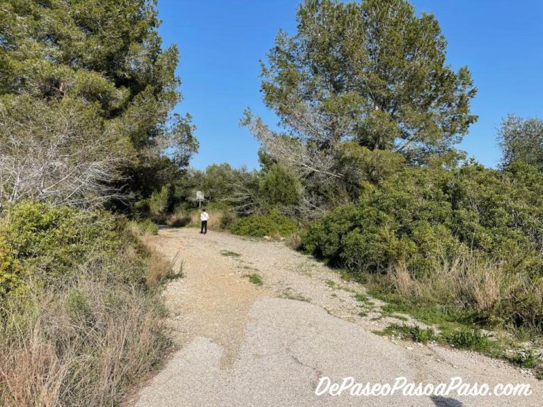 camino de grava por el que se comienza el trayecto hasta la vía de tren abandonada