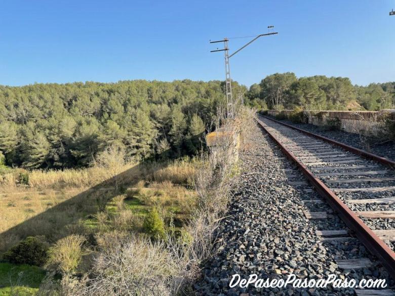 altura peligrosa en el extremo del puente de la vía de tren abandonada