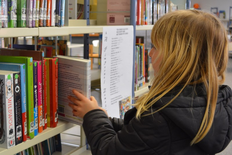 niña en biblioteca