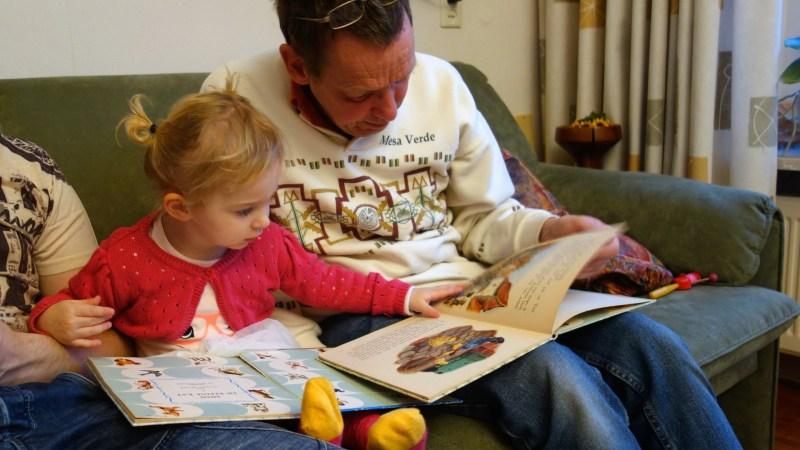 Aficionar a la lectura abuelo con nieta