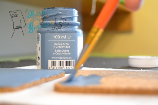 aplicando pintura de fondo con pincel