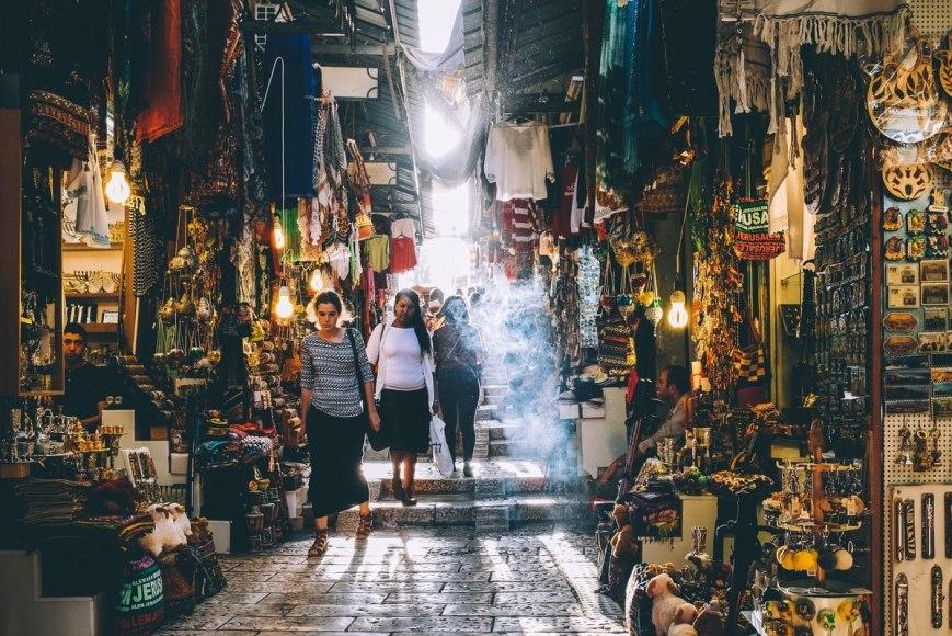 consejos para viajar barato mercado oriental amarillo viaje