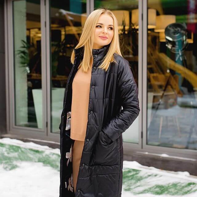 Алена в куртке с накладными карманами DEplace