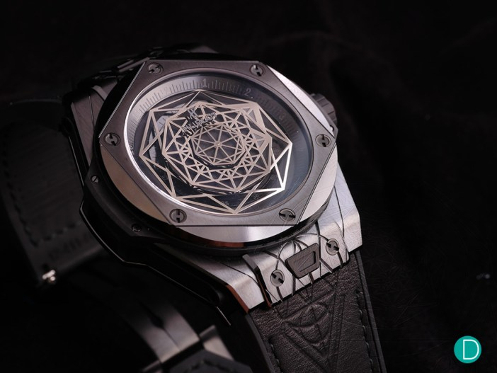 The tip of the hours and minutes octagons are coated in white Superluminova, enhancing the dial's legibility.