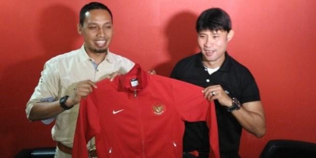 Pelatih Timnas U-19 Eduard Tjong  (kanan) melakukan seleksi terhadap 40 pemain yang dipanggil untuk memperkuat Indonesia.