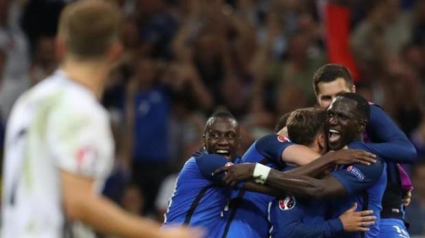 Pemain Perancis meluapkan kegembiraan setelah mengalahkan Jerman 2-0