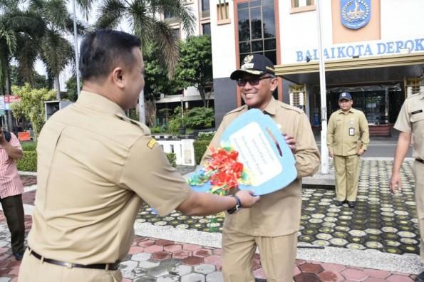 Walikota Depok menerima penghargaan intensifikasi pejak berupa sebuah mobil operasional dari Dispenda Jawa Barat.