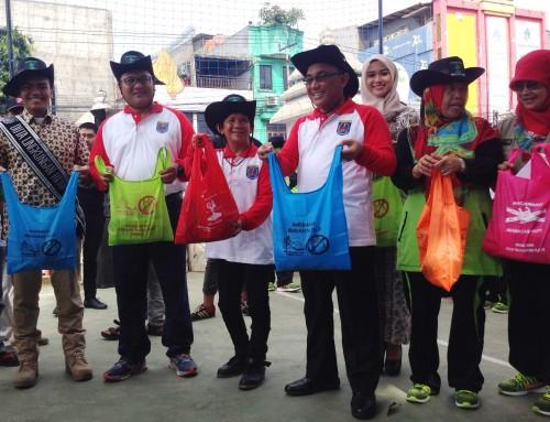 Walikota Depok menunjukan kantong pengganti kantong plastik.