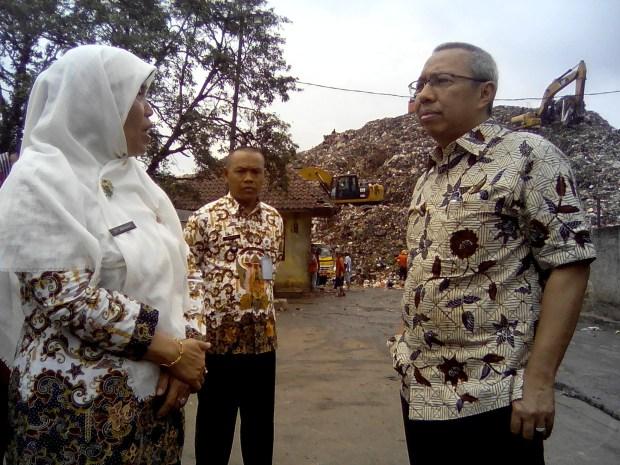Etty Suryahati bersama anggpta DPR RI Mahfudz Abbdurahman ketika meninjau TPA Cipayung.