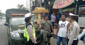 Satlantas Polresta Depok menertibkan parkir dan pedagang di Jalan Margonda.