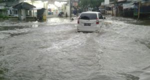 BMKG memperkirakan puncak hujan di Januari-Februari, hati-hati banjir dan tanah longsor.