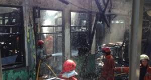 Stasiun Klender terbakar. Jalur kereta Jakarta-Bekasi terhenti.