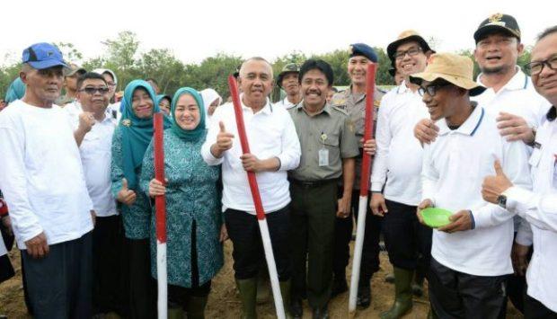 Gubernur Riau bersama istri menanam jagung di Kabupaten Kampar.