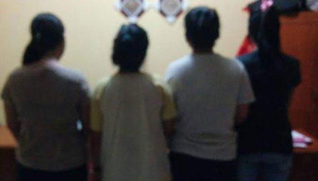Empat perempuan sadis ini menelanjangi seorang gadis di dalam angkot.
