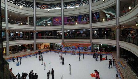 Main ice skating sambil ngabuburit di Margo City.