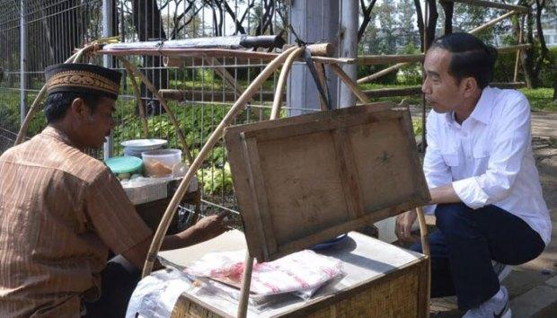 Presiden Jokowi nongkrong di warung kopi dan makan kerak telor di pinggir jalan,