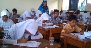 Pelajar sedang asik belajar.