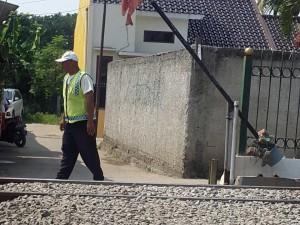 Ini salah satu perlintasan kereta api ilegal yang akan ditutup di Depok.