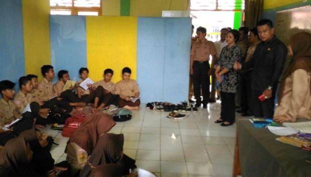 Puluhan siswa MTsN Kota Depok terpaksa belajar di lantai karena tidak ada kursi dan meja belajar.