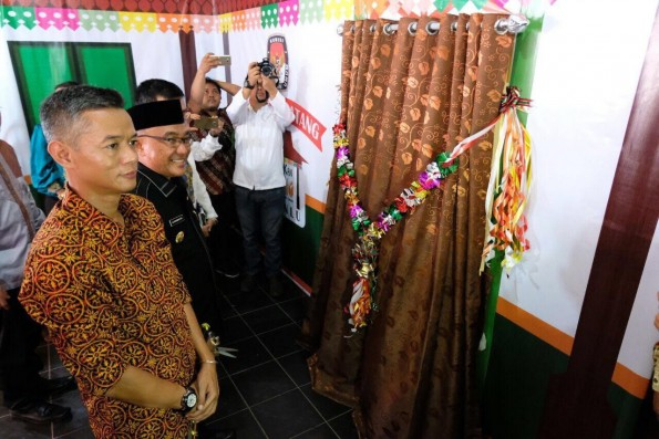 Walikota Depok, Mohammad Idris meninjau  padepokan pemilu yang dibentuk KPU.