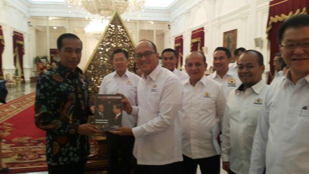 Ketua Kadin Indonesia,  Rosan P. Roeslani menerima buku dari Presiden Joko Widodo usai pertemuan,  Kamis 26 Oktober 2017.