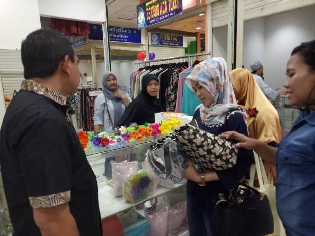 Duta UMKM Yogyakarta melihat tas dari sampah daur ulang binaan bank sampah di Depok di sentra UMKM Kadin Depok.
