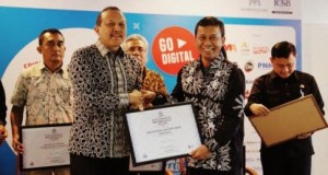 Kepala Dinas Koperasi dan Usaha Mikro (DKUM) Kota Depok Fitriawan menerima penghargaan  ICSB.