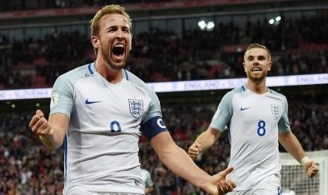Penyerang timnas Inggris Harry Kane (kiri) merayakan kemenangannya setelah dipastikan lolos masuk putran semi final Piala Dunia 2018.