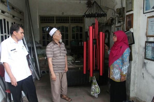 Ketua Dekranasda Kota Depok, Elly Farida melihat show room pembuatan genta nada.